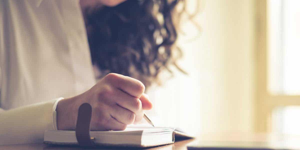 En kvinde, der skriver noget