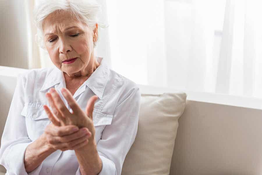 En ældre kvinde, der oplever ledsmerter i hænderne