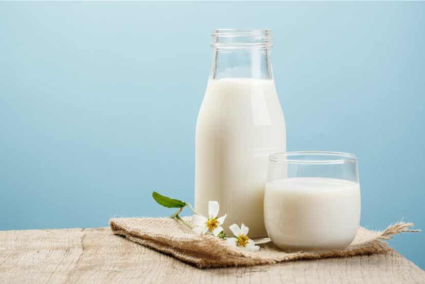 En flaske mælk og et glas mælk
