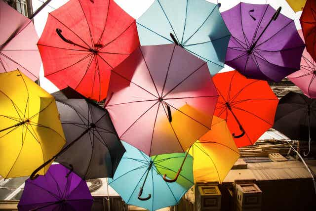 Farklı renkli şemsiyeler.