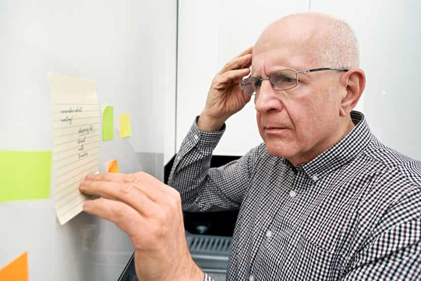 رجل مسن يعاني من فقدان الذاكرة ينظر إلى القائمة.