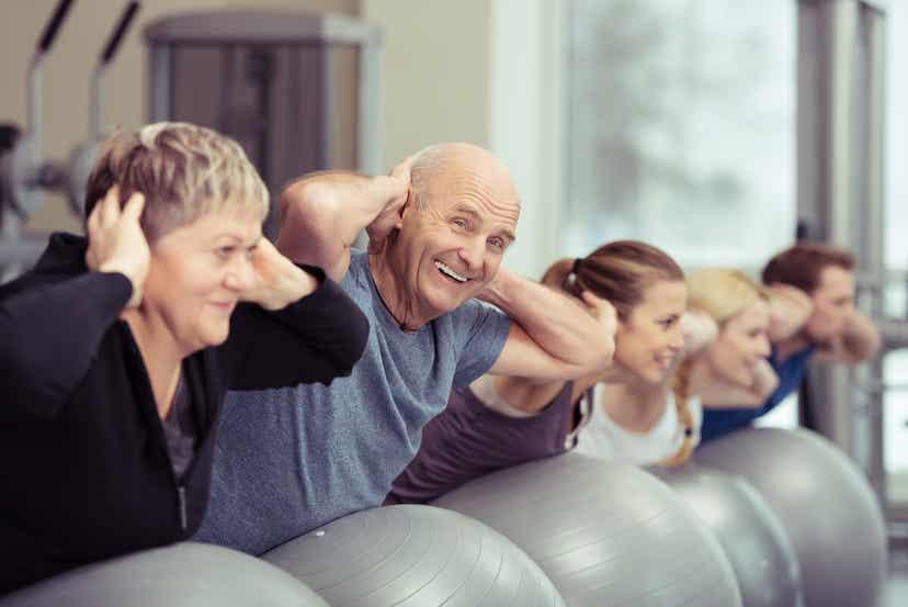 Et ældre par deltager i en gymnastiktime