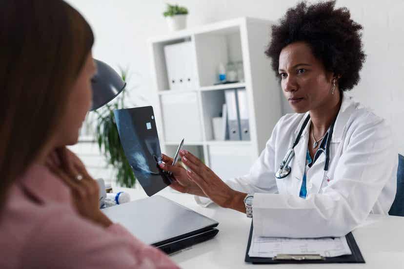 Eine Ärztin spricht mit einer Frau über eine Schwangerschaft nach einer Tubenligatur.