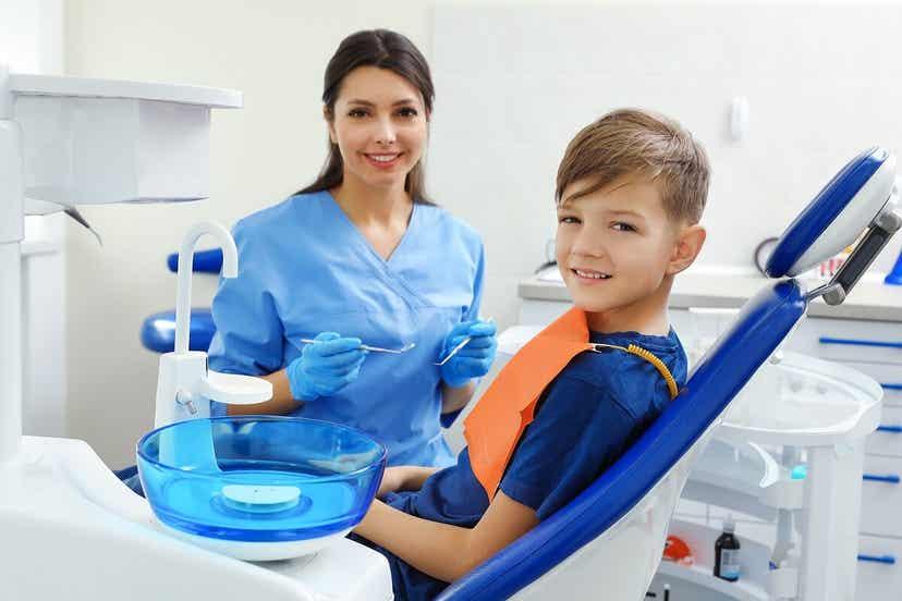 Ένα παιδί που κάθεται στην καρέκλα του οδοντιάτρου.