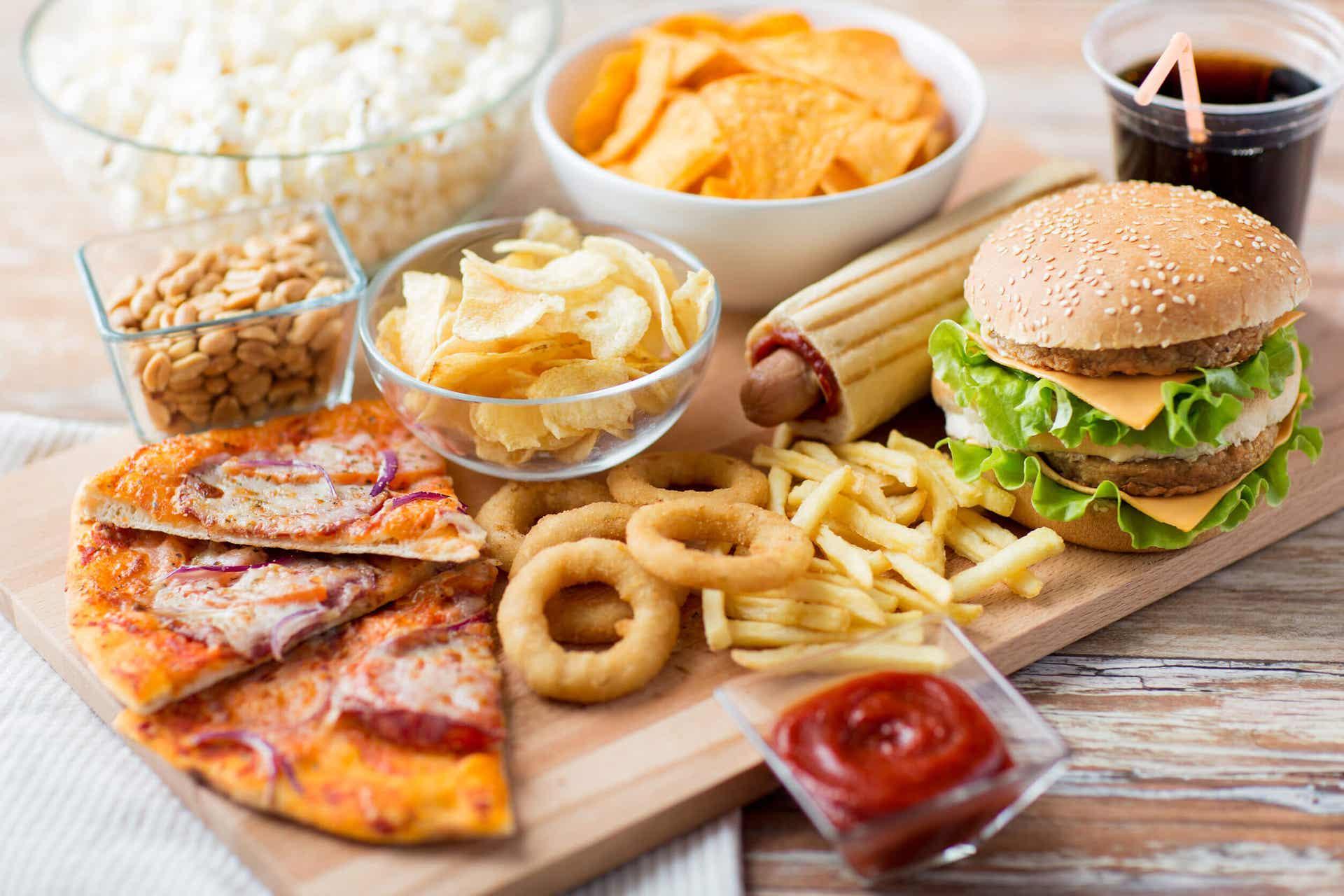 Junk food, som pizza, chips, pommes frites og hurtigmat.