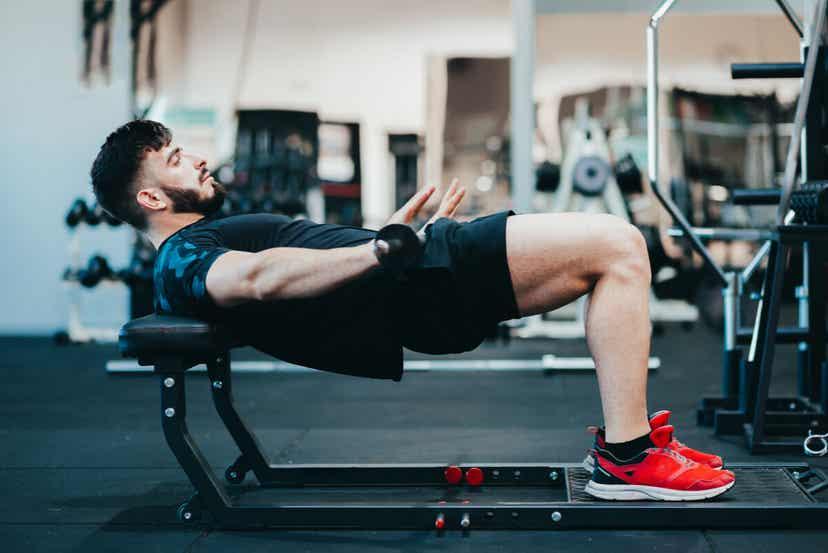 Mężczyzna podnoszący ciężary na siłowni.