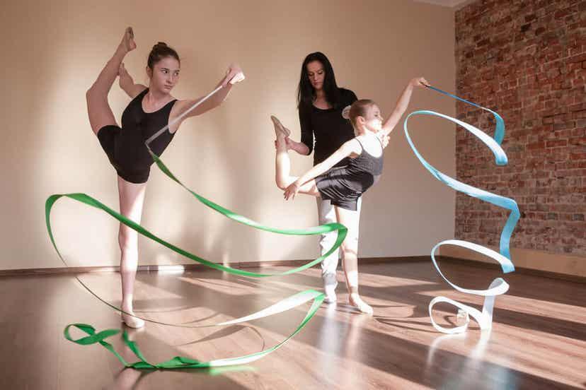 To piger, der dyrker sports akrobatik
