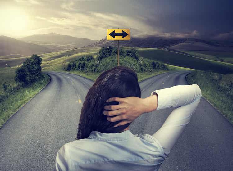 Selbstdialog nutzen - Eine Frau an einer Weggabelung.