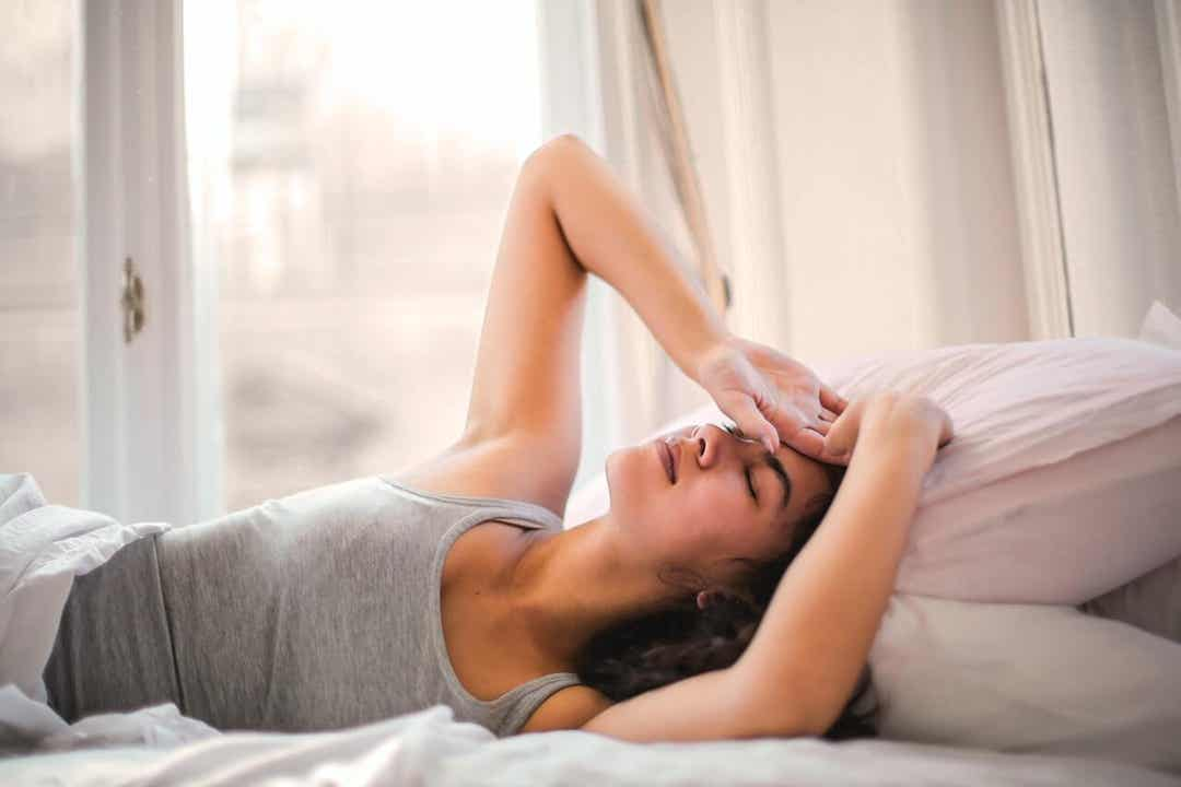 En kvinne som ikke klarer å våkne om morgenen.
