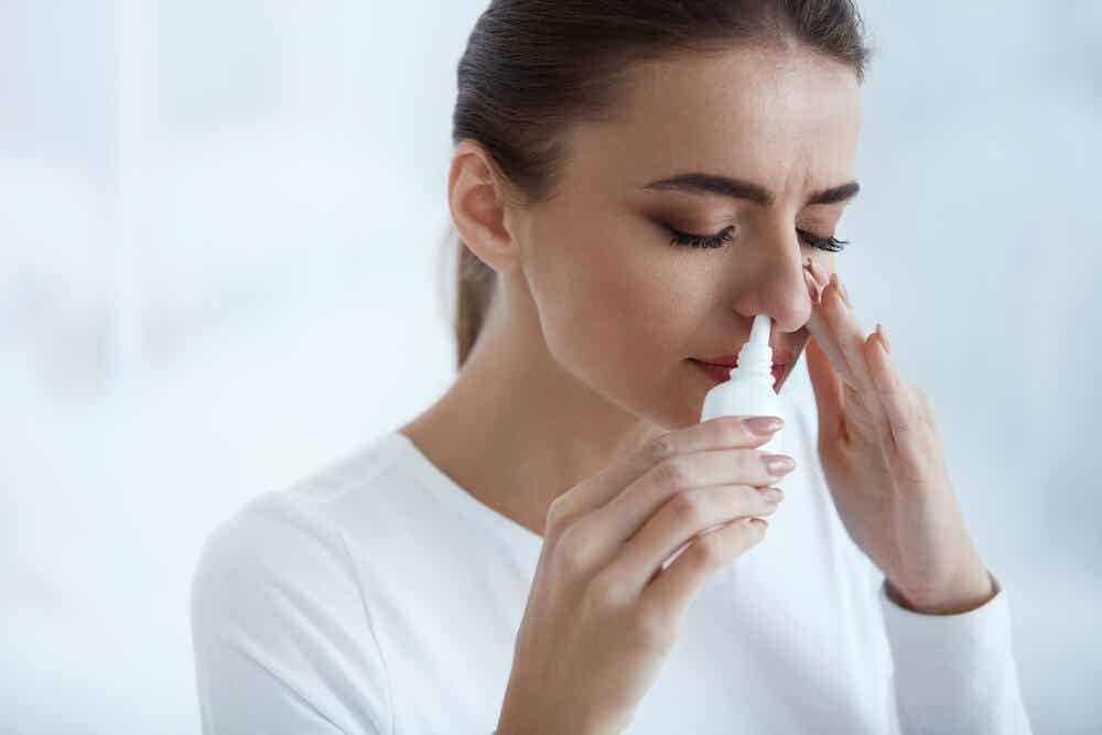En kvinde, der anvender en næsespray