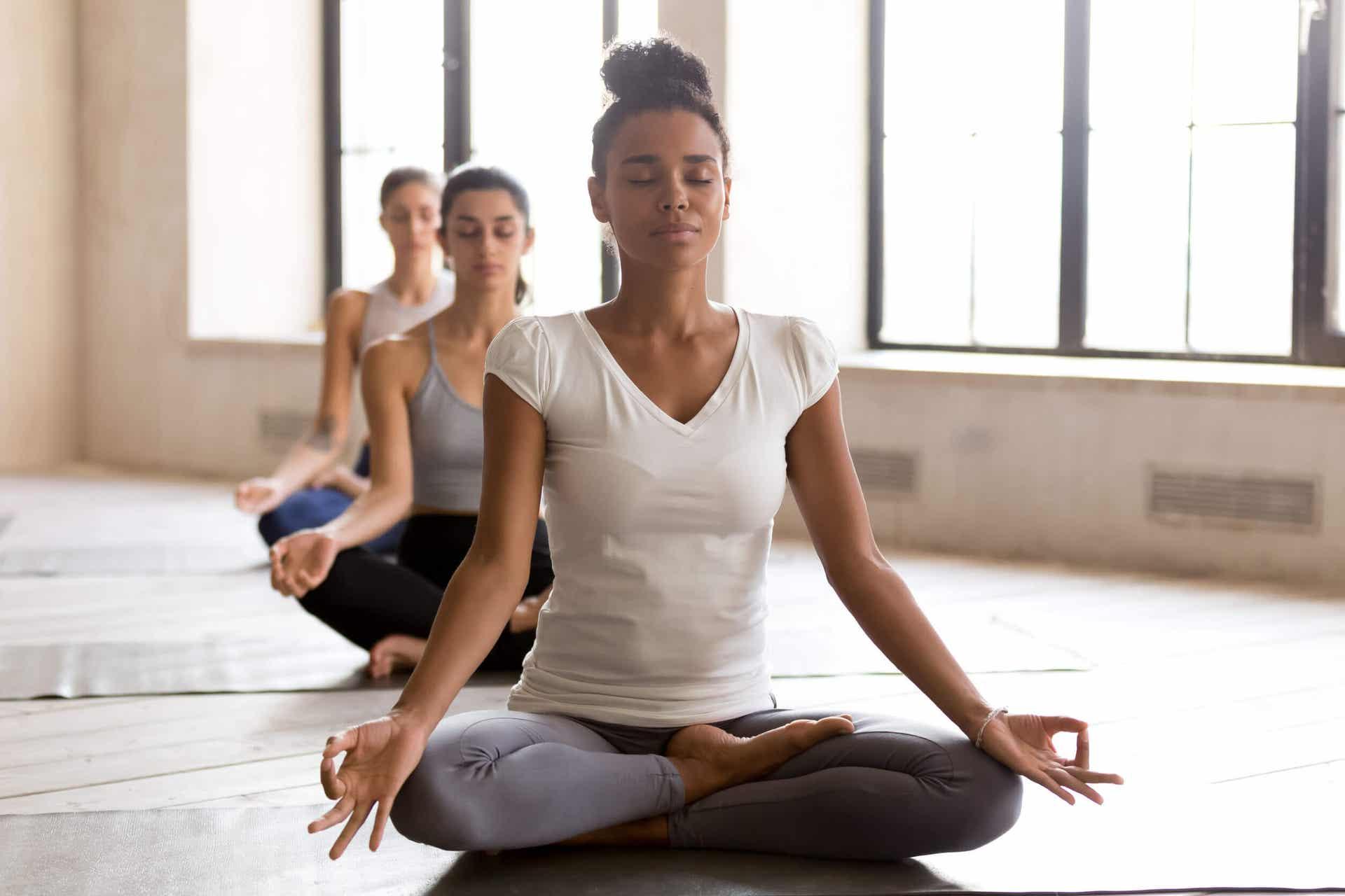 Kvinner som driver med yoga