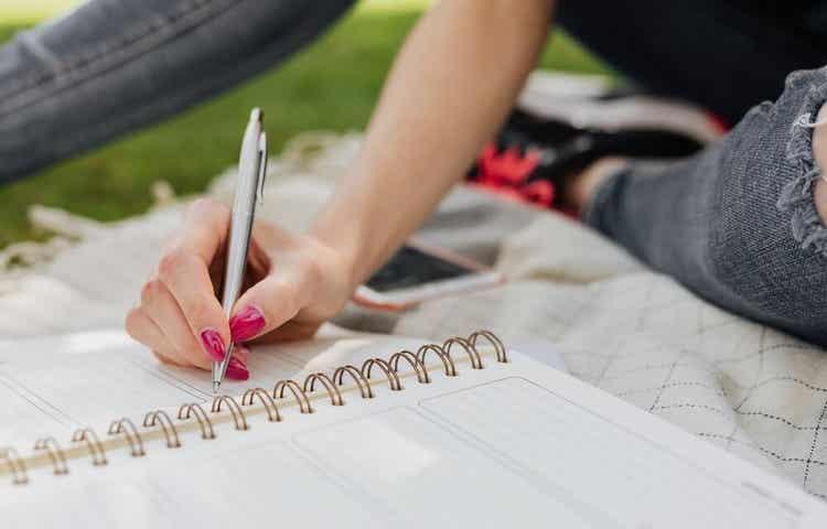 Eine Frau schreibt in ihr Tagebuch.
