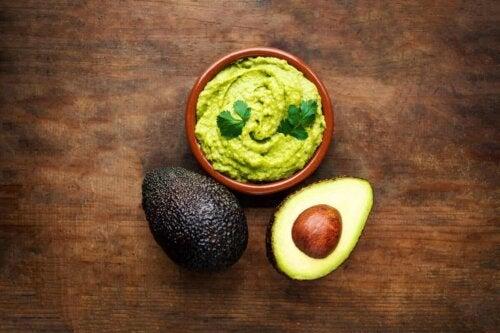 Avocado og en skål guacamole