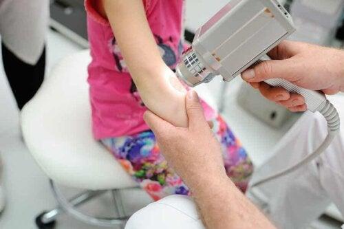 photodynamische Therapie - Kind beim Hautarzt