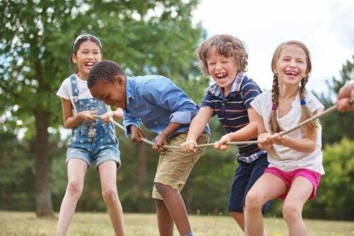 Kräftigung der Arme - Kinder spielen Tauziehen und haben Spaß