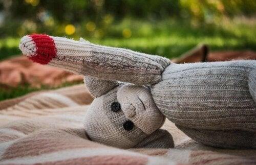 μικρή κούκλα παιχνίδι από κάλτσα στο κεφάλι της