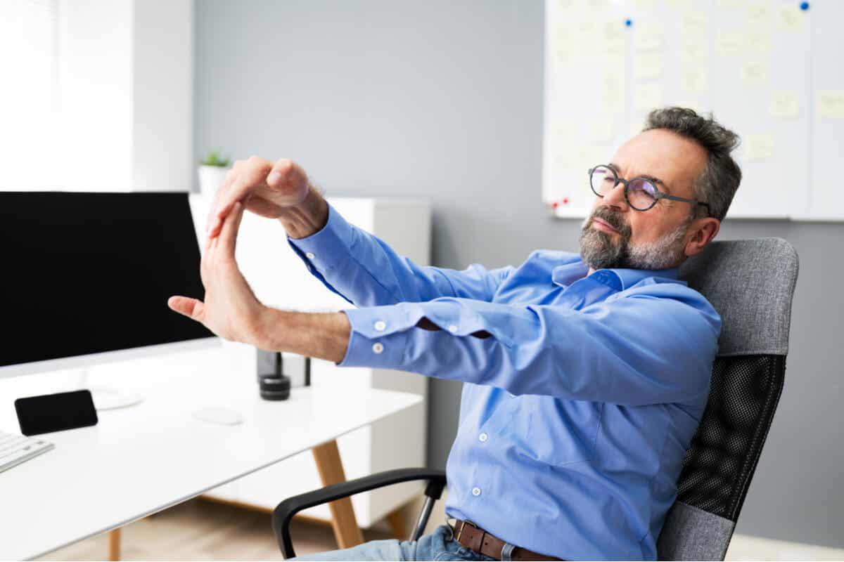 Mand strækker ud på kontor