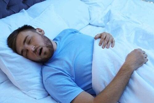 Uyku apnesi olan bir adam.