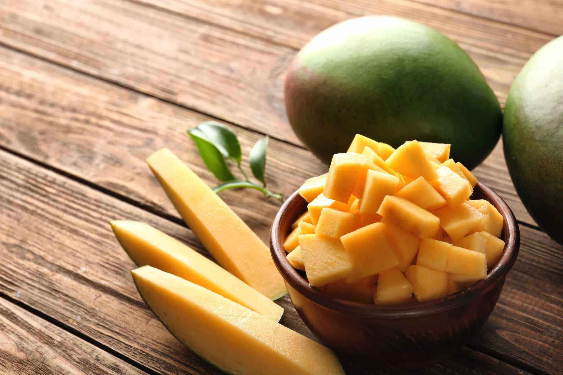 Mango hakket og skåret på et træbord