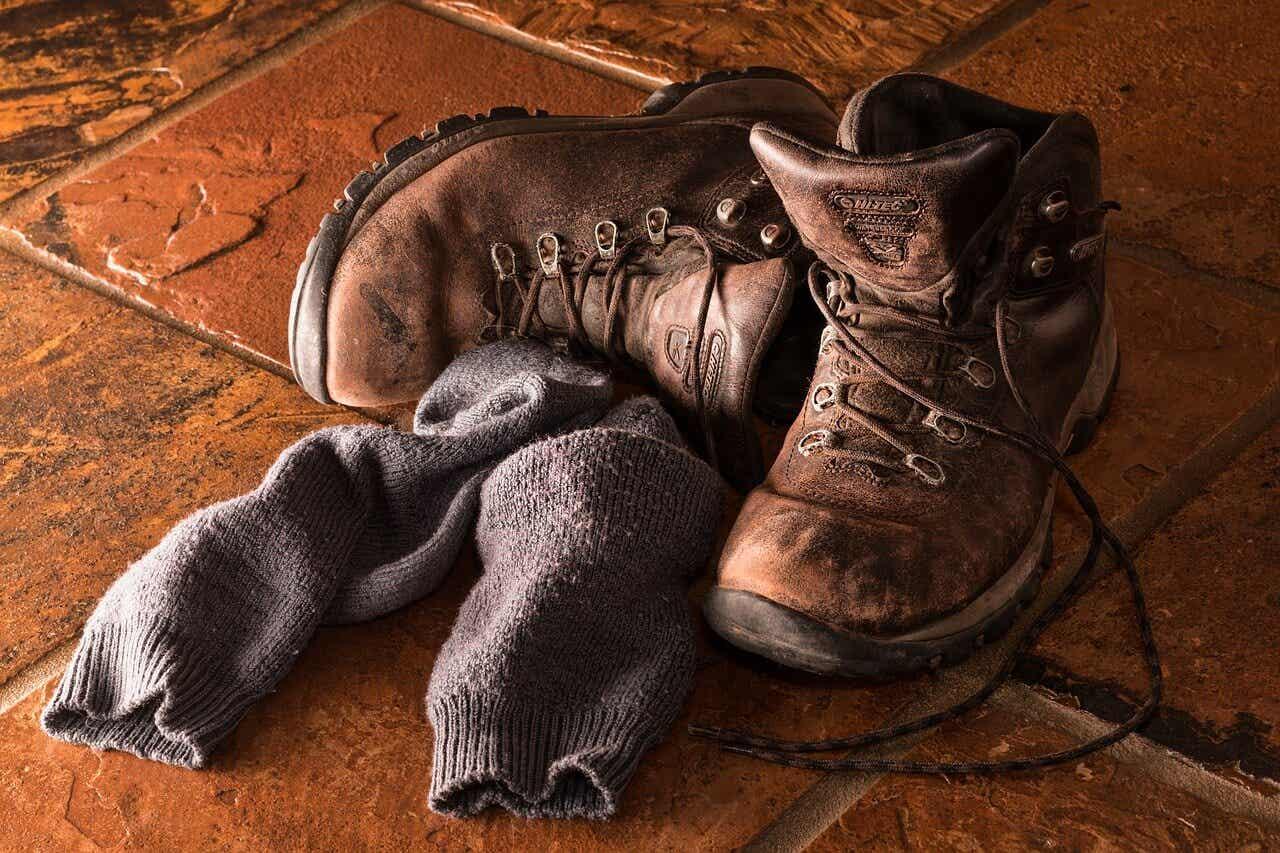 δύο παλιές μπότες και ένα ζευγάρι παλιές κάλτσες