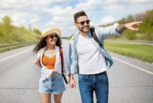 Et par som går nedover gaten.