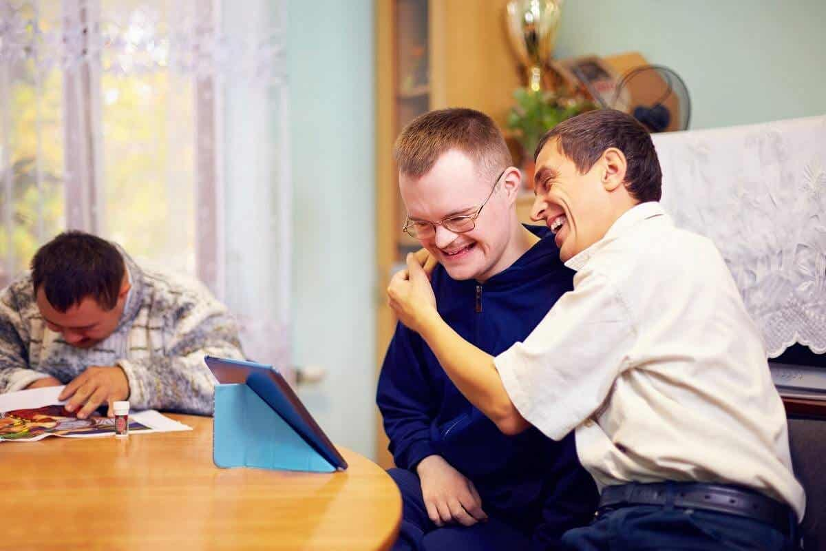 En mand, der krammer en handicappet