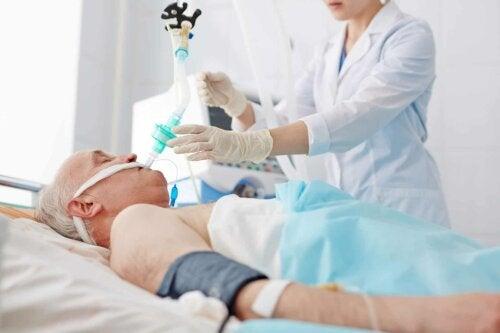 En sykepleier som tar seg av en pasient.