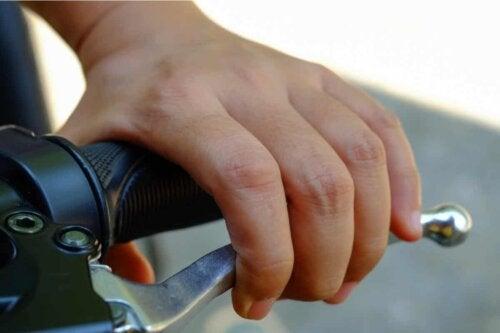En person som sjekker bremsene på en motorsykkel.