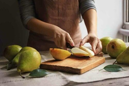 En person som skjærer pærer.