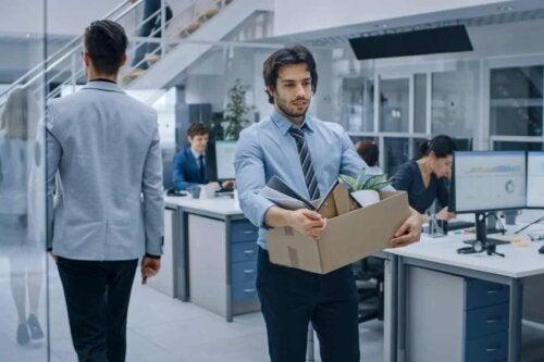 En person som forlater kontoret.