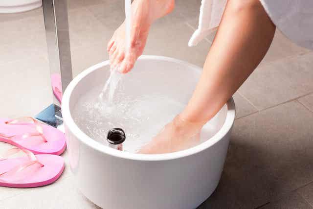 Eine Person, die ihre Füße wäscht.
