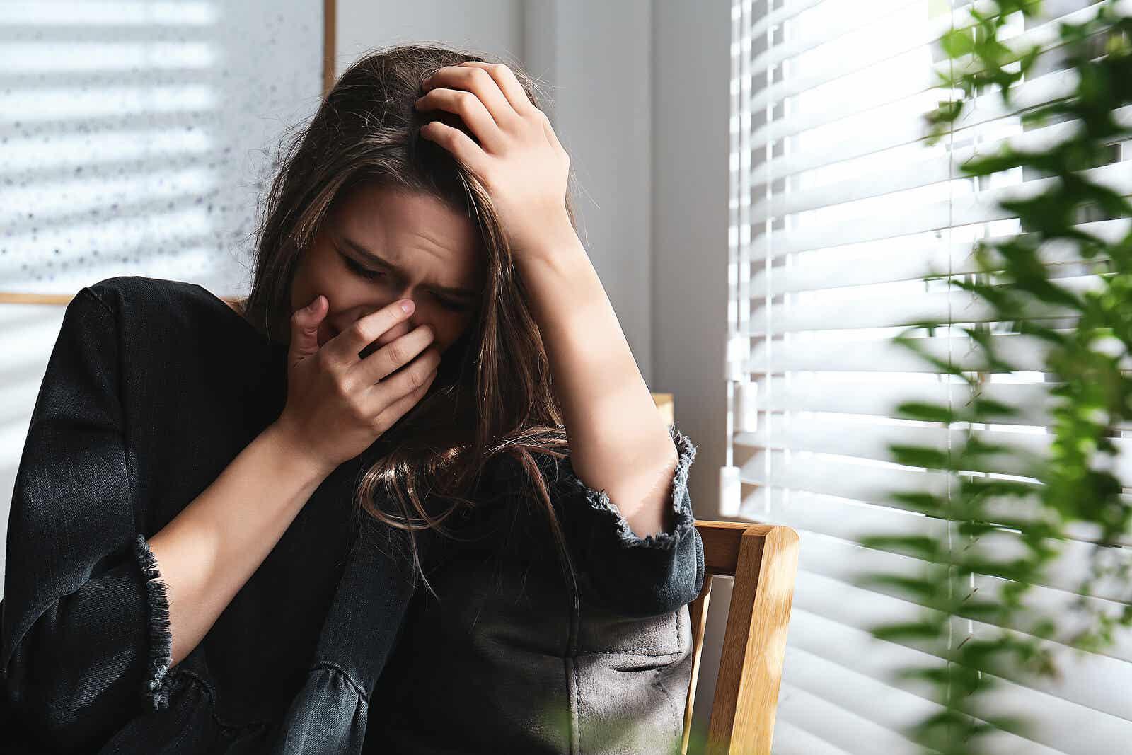 En kvinne som gråter