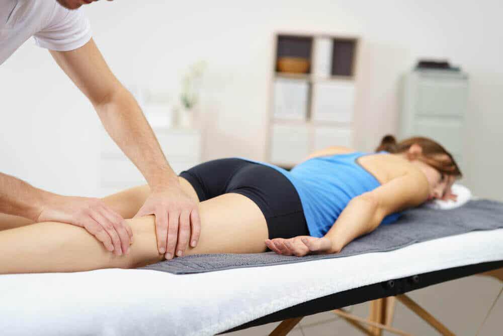 En kvinde, der får massage for at forebygge sportsskader