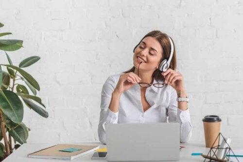 Alphawellen - Eine Frau, die Musik hört.