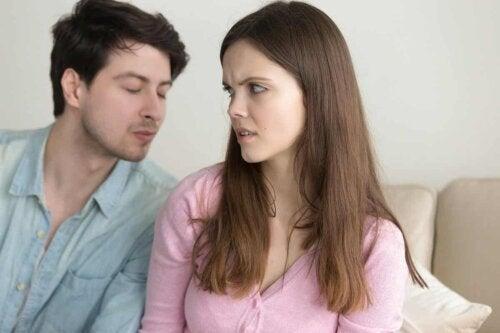 En kvinne avviser en manns forsøk på å kysse henne.