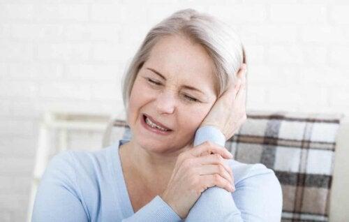 En kvinde med ørepine