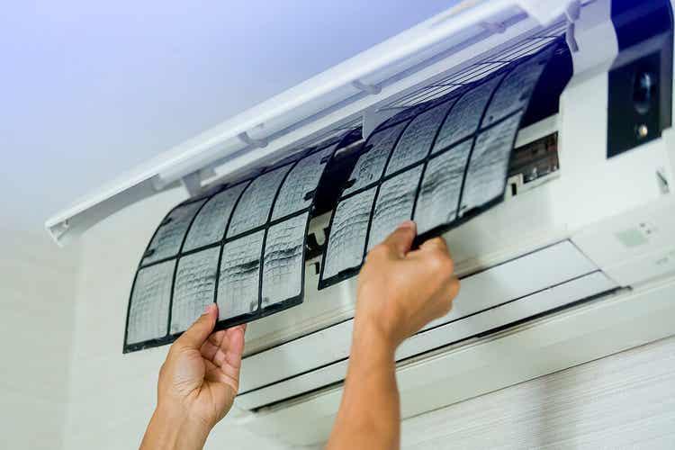 Wasser aus der Klimaanlage - Filteraustausch bei einem Split-Gerät.