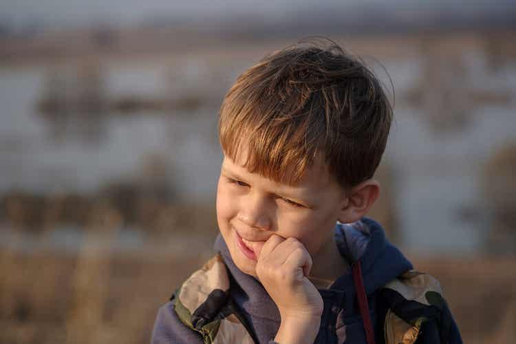 Ένα παιδί δαγκώνει τα νύχια του.