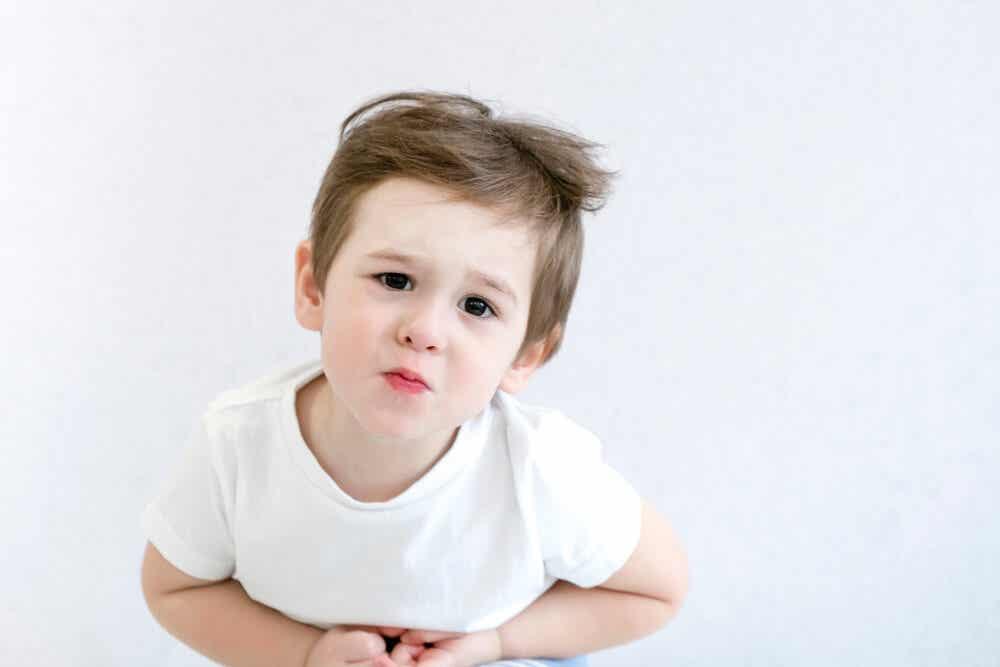 Et barn med magesmerter.