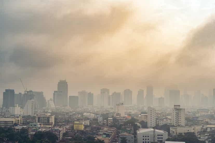 Μια πόλη καλυμμένη από αιθαλομίχλη.