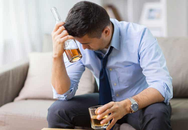 En stresset person som drikker alkohol.
