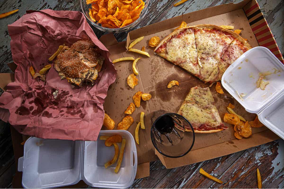 Πρόχειρο φαγητό σε ένα τραπέζι