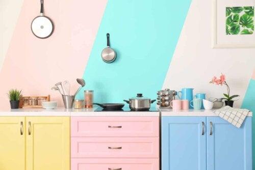 Üç renkli mutfak dolabı.