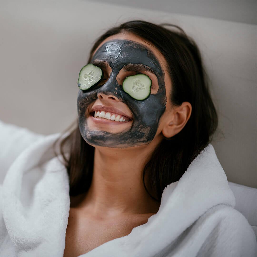 Kvinde med ansigtsbehandling