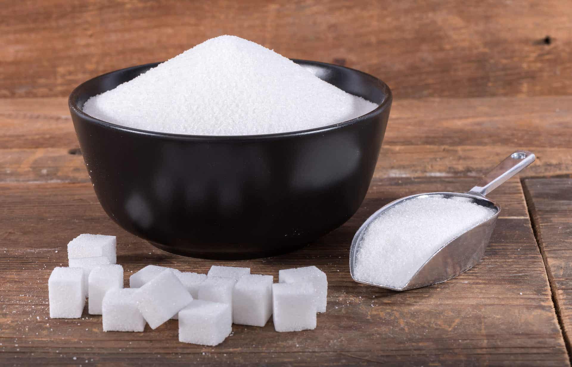 En sukkerskål og sukkerbiter.