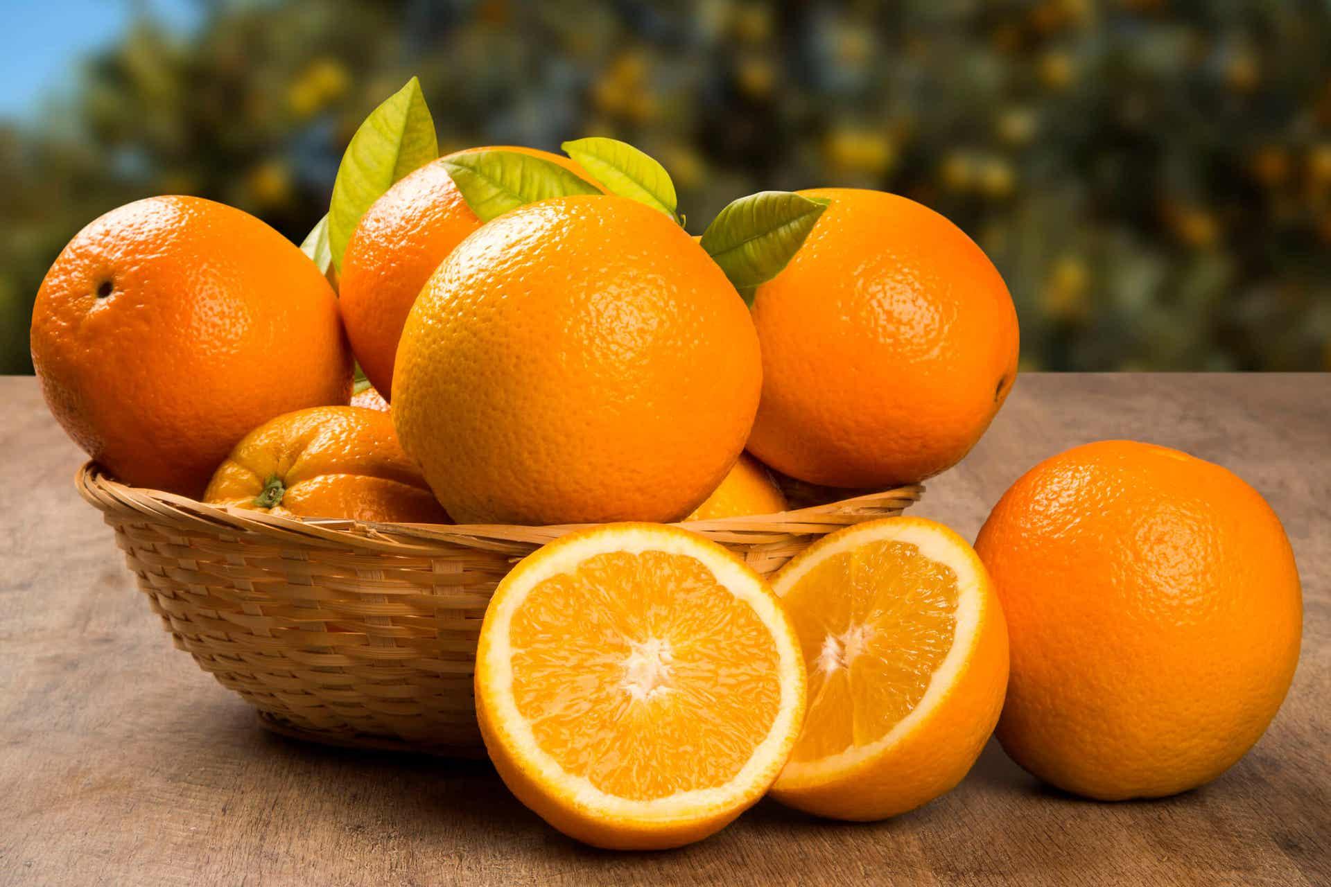 Ένα μπολ με φρέσκα πορτοκάλια.