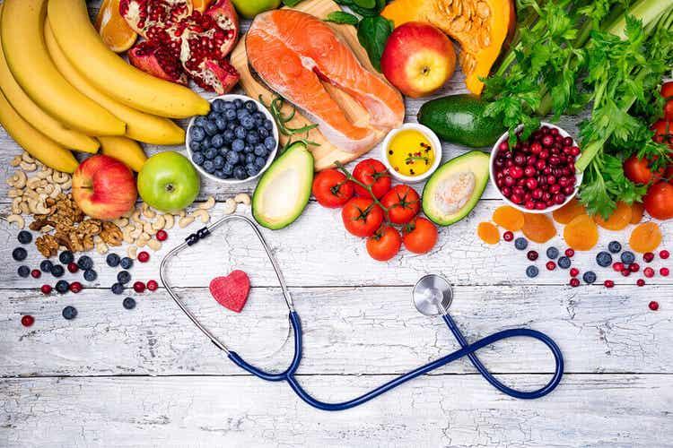 En række friske frugter, grøntsager, fisk og nødder