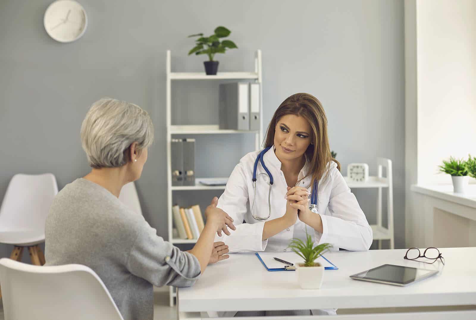 Hastasını dinleyen bir doktor.
