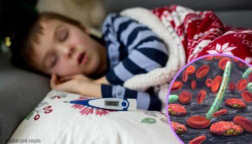 Et barn med bakteriell infeksjon og feber, sover.