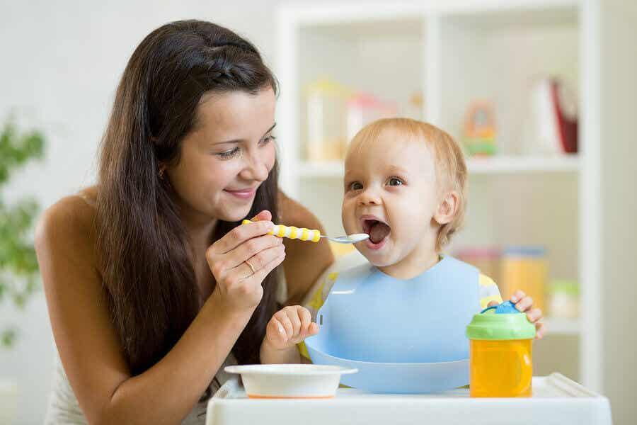 Μια μητέρα που ταΐζει το μικρό της